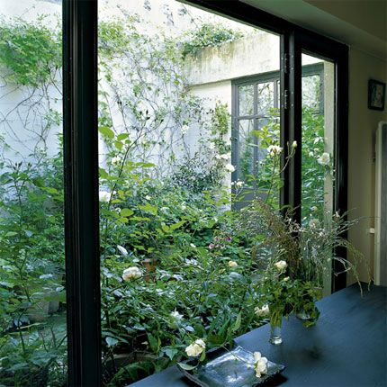 un patio fleuri. Black Bedroom Furniture Sets. Home Design Ideas